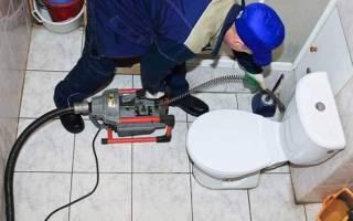 Как прочистить унитаз без вантуза и троса