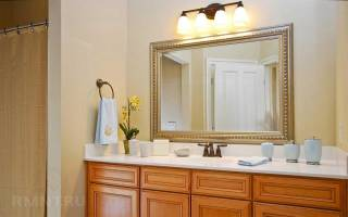 Зеркало и раковина в ванную