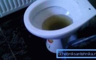 При смыве унитаза поднимается вода в ванной